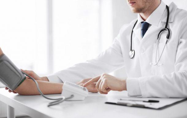 misurazione della pressione da parte di un medico